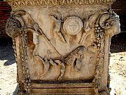 Foto de Ostia Antica, Piazzale delle Corporazioni, Italia - Ara dei Gemelli