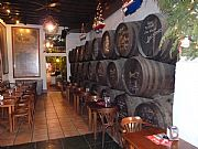 Foto de Malaga, Bodega El Pimpi, España - Toneles de los famosos