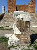 Foto de Ostia Antica, Foro, Italia - Altar y Capitolio