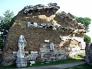 Foto de Ostia Antica, Ruinas de Ostia, Italia - Templo de Roma y Augusto