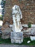 Foto de Ostia Antica, Templo de Roma y Augusto, Italia - Deidad femenina