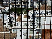 Foto de Mijas, Jardines del Muro, España - Casas blancas y reja
