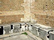 Foto de Ostia Antica, Ruinas de Ostia, Italia - Letrinas publicas