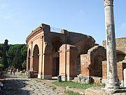 Foto de Ostia Antica, Decumano Massimo, Italia - Fachada del Teatro
