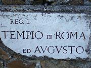 Foto de Ostia Antica, Templo de Roma y Augusto, Italia - Placa indicadora