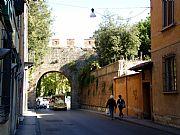 Foto de Pisa, Via San Ranierino, Italia - Puerta y muralla