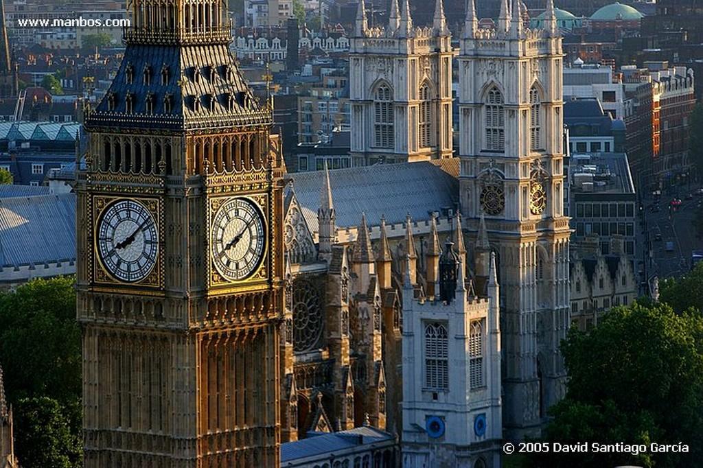 Londres BLACKFRIARS BRIDGE Y DE FONDO CANARY WHARF Londres