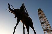 Photo of London, Eye, United Kingdom - EYE Y ESTATUA DE DALI