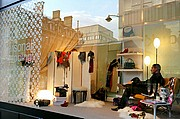 Photo of London, Oxford Street, United Kingdom - Tienda Oxford st ambiente en Escaparate